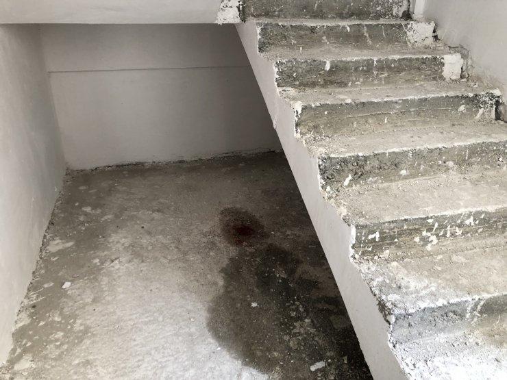 Başı dönen inşaat işçisi 2. kattan merdiven boşluğuna düştü