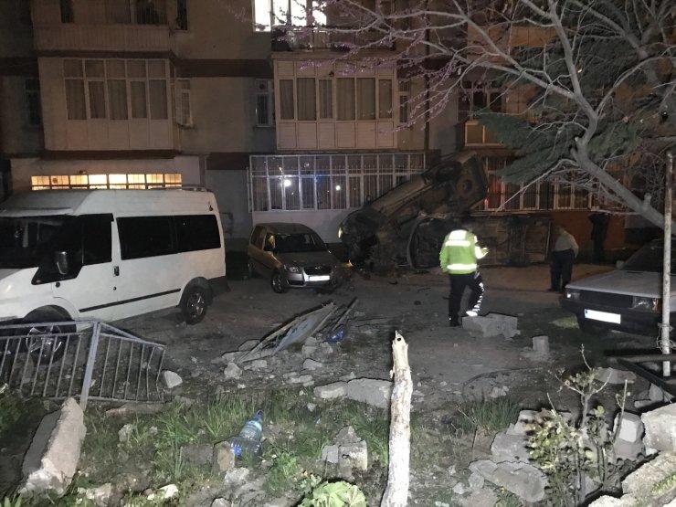 Alkollü sürücü önce 2 araca ardından apartmana çarptı, gülerek aracından eşyalarını istedi