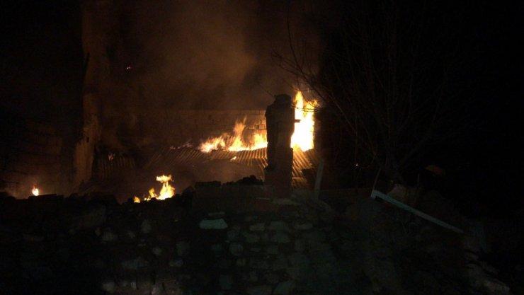 Yeniden alevle samanlık yangınında ev ve ahır kül oldu