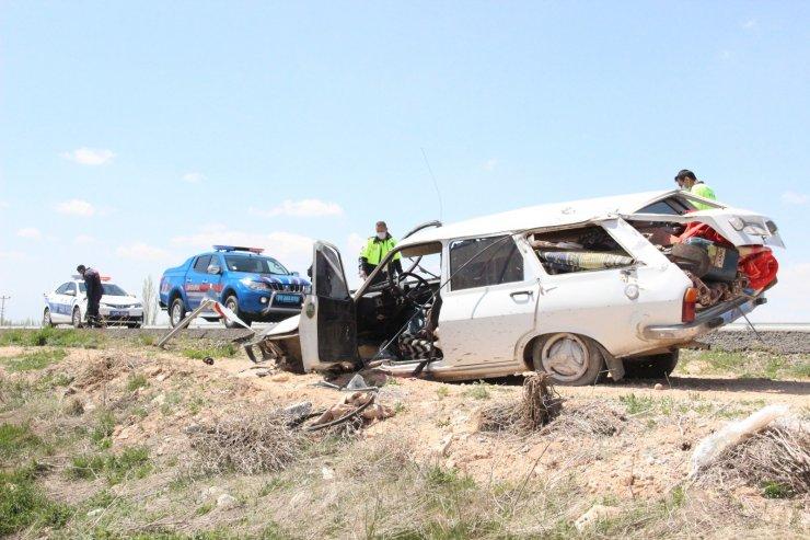 Uyarı levhasına çarparak takla atan otomobildeki 2 kişi ölümden döndü