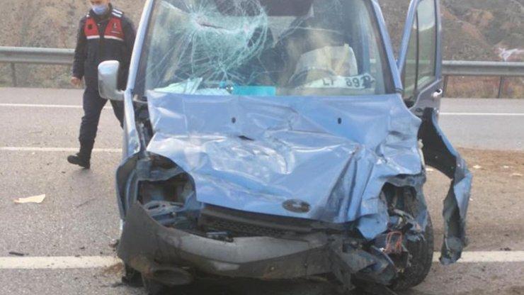 Hafif ticari araç takla attı: 7 yaralı