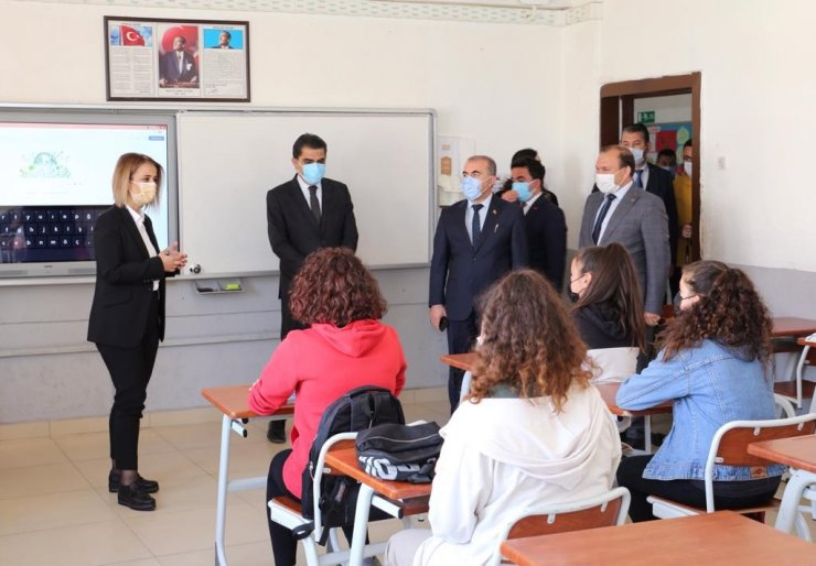 """Vali Becel, """"Tohumdan ağaca projesi kapsamında öğrencilere tohum dağıttı"""""""