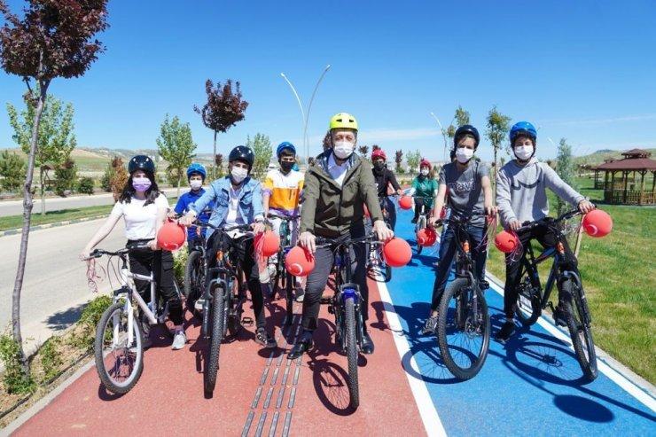 Bakan Selçuk ve çocuklar Mardin'de 23 Nisan'ı bisikletler ve uçurtmalarla kutladı