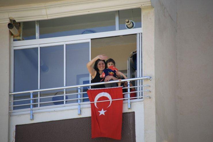 23 Nisan coşkusu Gölbaşı'nda balkonlara sığmadı