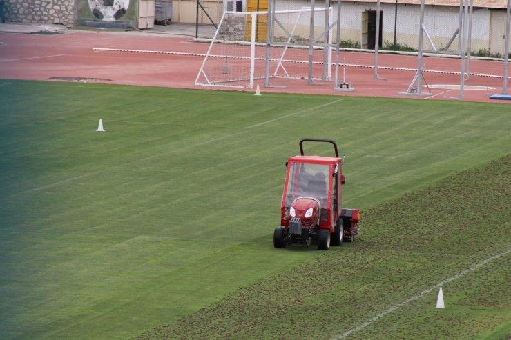 Karaman'da Kemal Kaynaş Stadyumu'nun çimleri bakıma alındı