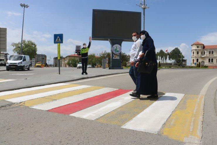 Yaya geçidine monte edilen maket polisin ağzına maske taktılar