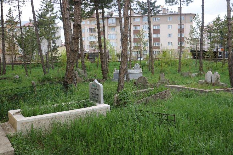 5 asırlık caminin dört bir yanı mezarlık