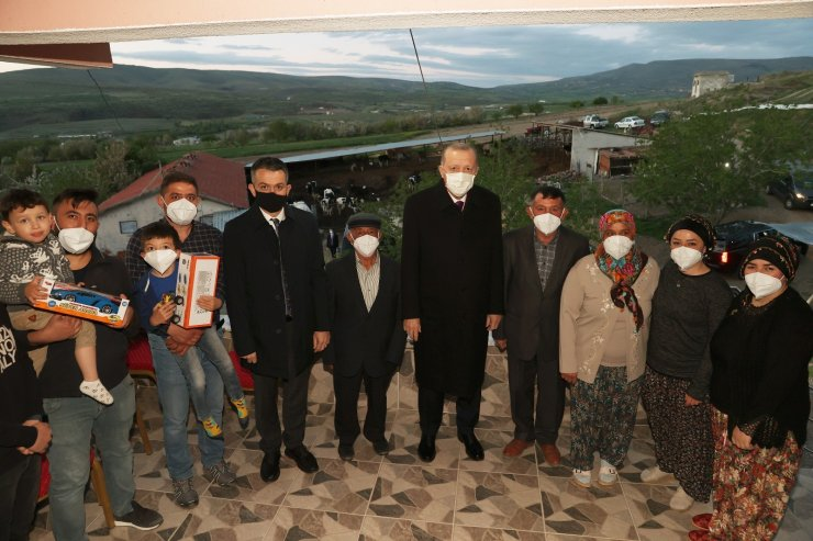 Cumhurbaşkanı Erdoğan, Ayaşlı çiftçi bir aileye iftarda misafir oldu