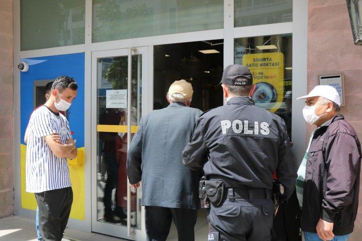 PTT önünde oluşan kuyrukta polisin şefkat eli