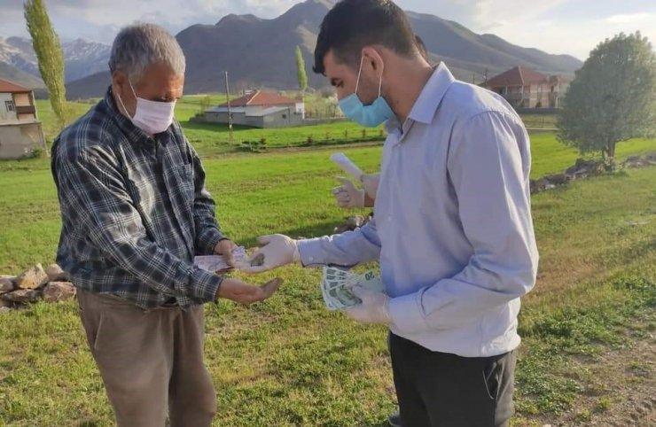 Tomarza Vefa Sosyal Destek Grubu vatandaşların maaşları evlerine kadar götürdü