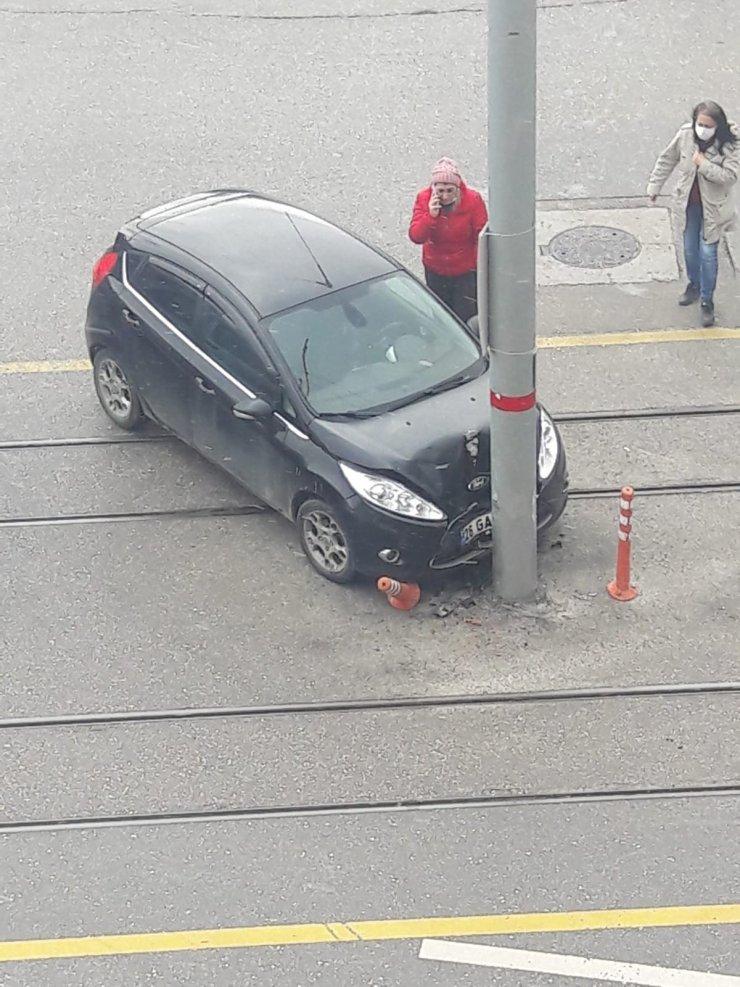Yol ortasındaki direk sürekli kazaya sebep oluyor