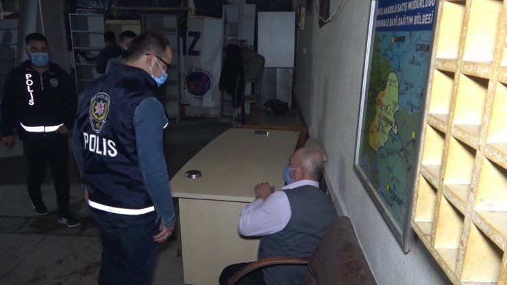 Kumar baskınında ceza yememek için tuvalete ve tezgah altına saklandılar: 17 kişiye 106 bin lira ceza