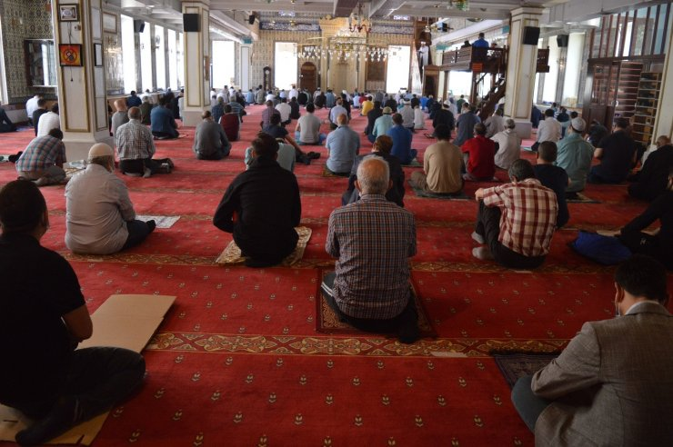 Tam kapanma gölgesinde Ramazan-ı Şerif'in son cuma namazı kılındı