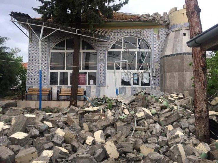 Ankara'da fırtına caminin minaresini yıktı
