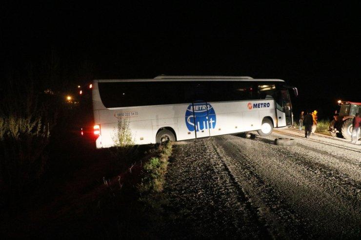 Otobüs önce yanlış yola girdi, sonra yolcuları ile mahsur kaldı