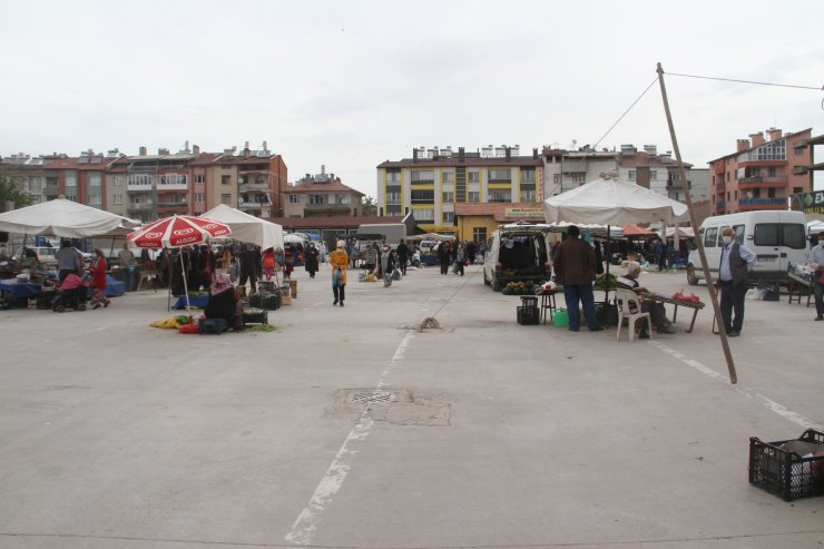 Beyşehir'de tam kapanma günü satıcılar tezgah açtı