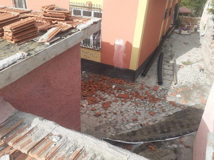 Fırtına çatıdaki kiremitleri savurdu