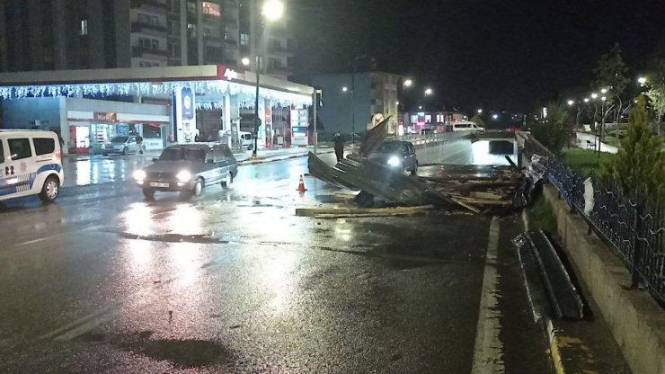 Sivas'ta fırtına çatıları uçurdu, araçlara zarar verdi