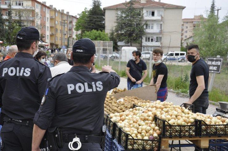 Polis ekiplerinden semt pazarında denetim
