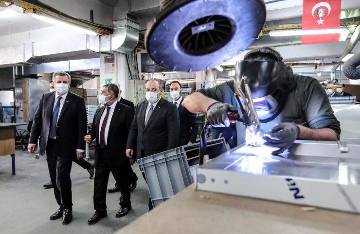 Bakan Varank, 140 bin doz aşıyı saklayabilen buzdolabının üretildiği fabrikayı inceledi