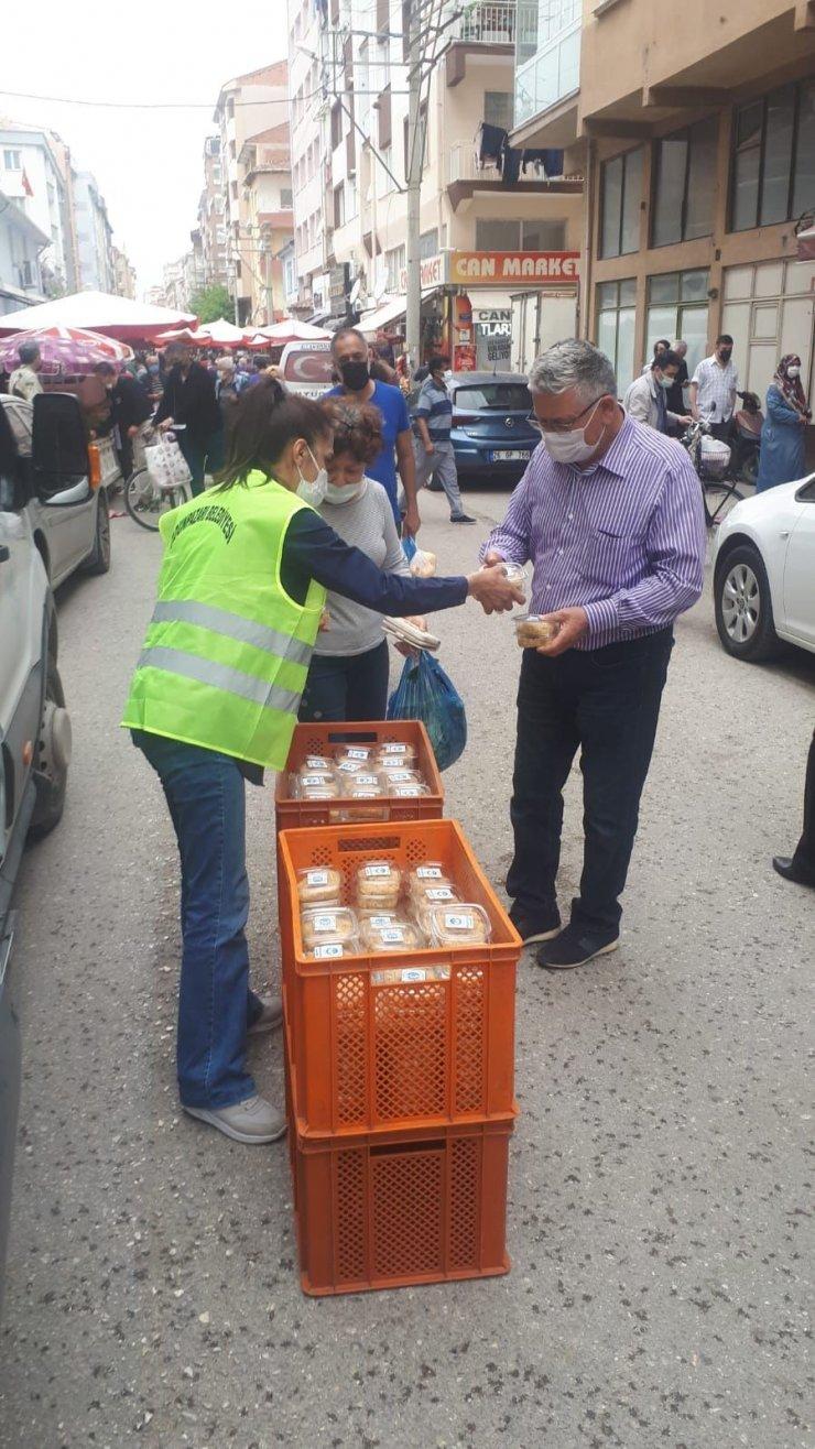 Odunpazarı Belediyesi Kadir Gecesi'nde helva dağıttı