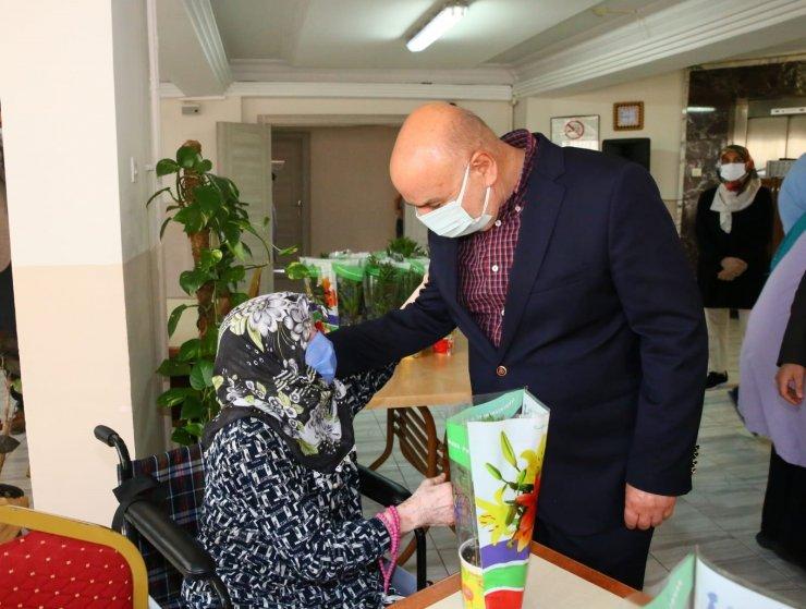 Keçiören Belediye Başkanı Altınok, Anneler Günü'nü çiçeklerle kutladı