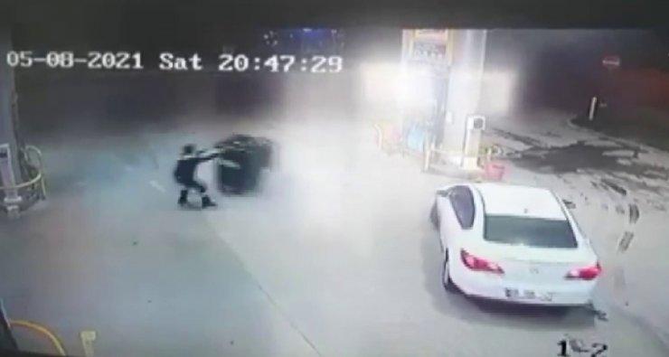 Fırtınada sürüklenen çöp konteyneri güvenlik kamerasına yansıdı