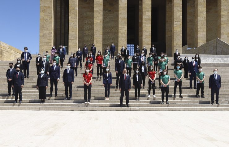 Bakan Kasapoğlu, 19 Mayıs sebebiyle Anıtkabir'de düzenlenen törene katıldı