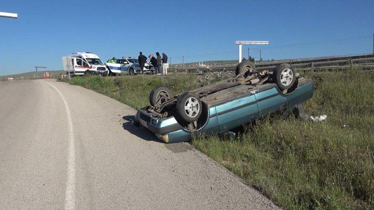 Direksiyon hakimiyetini kaybedip çarptığı araç şarampole yuvarlandı