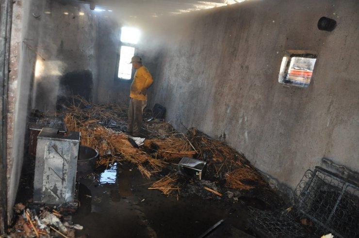 Karaman'da evlerinin aşenesi yanan anne ile oğlu gözyaşlarına hakim olamadı