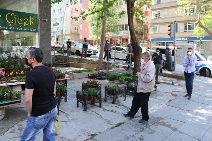 Başkentte ucuz baklava almak için vatandaşlar metrelerce kuyruk oluşturdu
