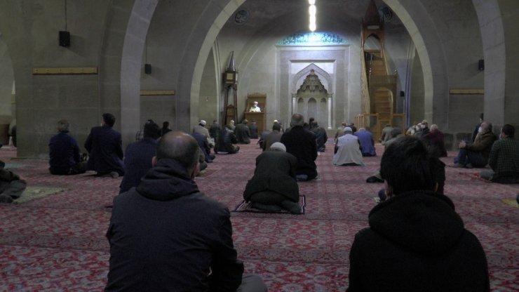 Kayseri'de sosyal mesafeli bayram namazı kılındı
