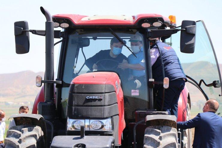 Vali traktörle tarlayı sürüp çapa yaptı, kadın çiftçilere gül verdi