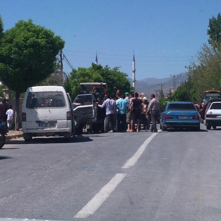 Traktöre ayağı sıkışan genci vatandaşlar kurtardı