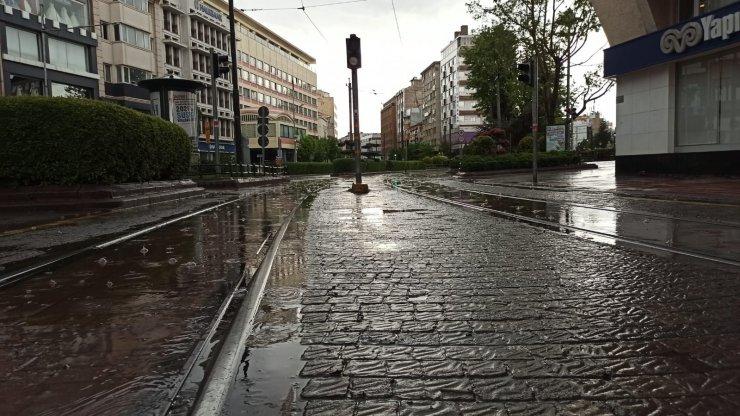 Eskişehir sağanak yağışa teslim oldu