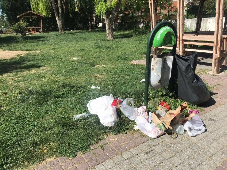 Sokağa çıkma kısıtlamasına rağmen parkı çöplüğe çevirdiler