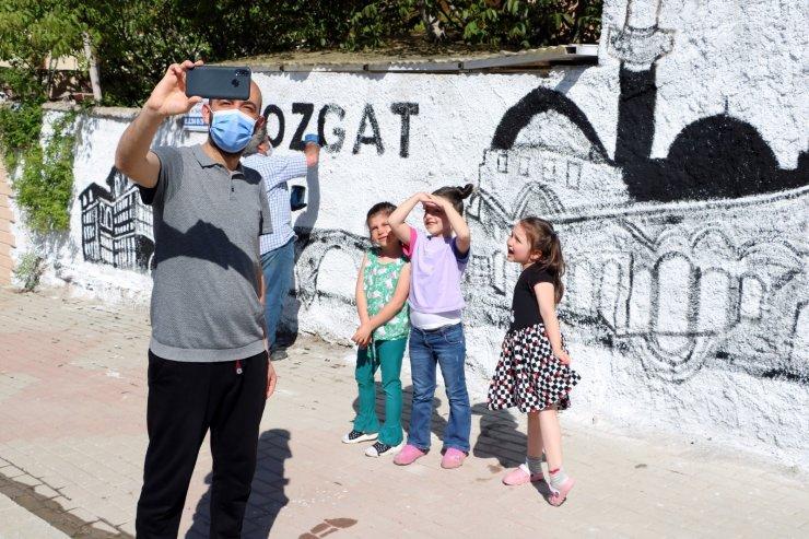 Yozgat'ın tarihini ve kültürünü duvarlara resmediyor