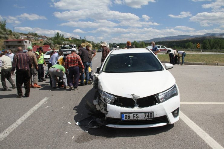 Traktör ile otomobil çarpıştı: 5 yaralı
