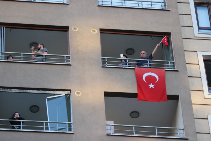 Kayserililer 7'den 70'e İstiklal Marşı için balkonlara koştu