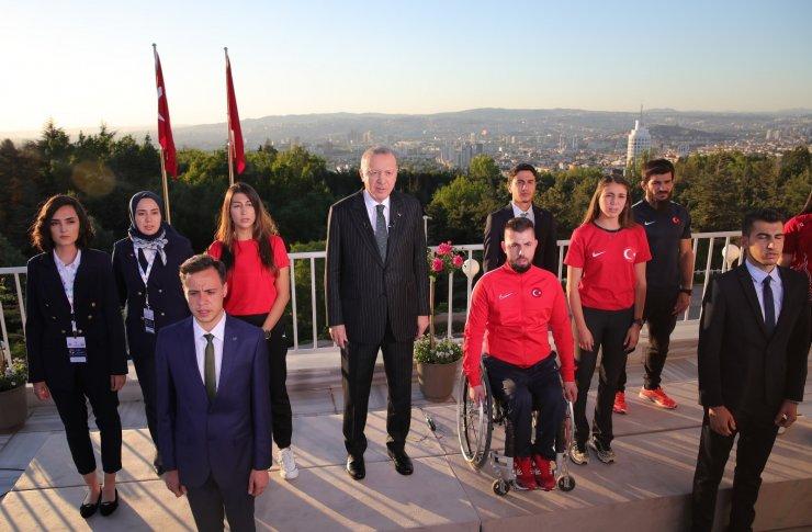 Cumhurbaşkanı Erdoğan gençlerle birlikte İstiklal Marşı'nı okudu