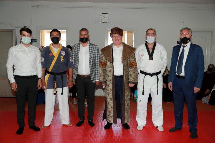 Belediye Başkanı 'Hilat Kaftanı' giydi
