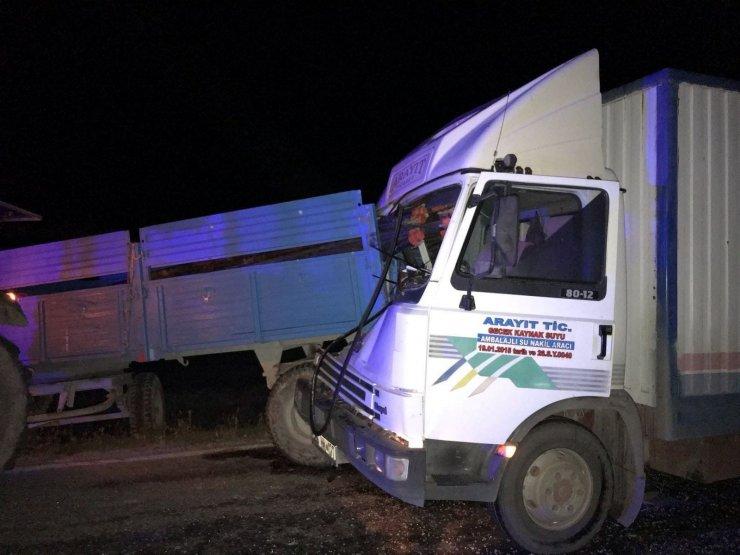 Kamyon traktöre arkadan çarptı, 2 kişi yaralandı