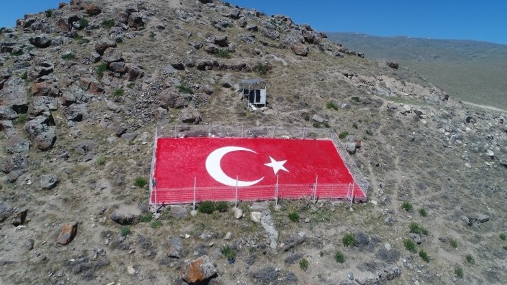 Kumluca Mahallesi'ndeki Türk Bayrağı yenilendi