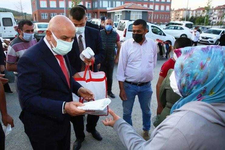 Keçiören Belediye Başkanı Altınok, naylon poşet kullanımını azaltmak için bez torba dağıttı