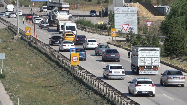 Hafta sonu kısıtlamasının ardından 43 ilin geçiş noktasında trafik yoğunluğu
