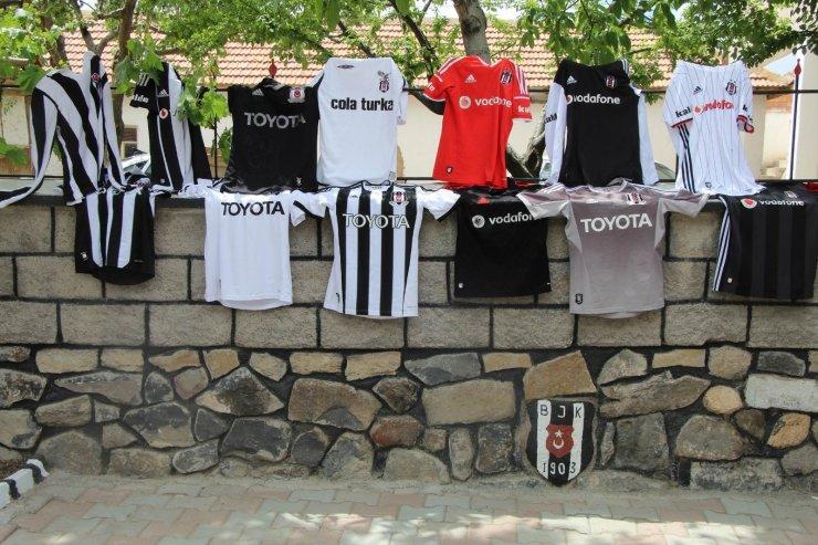 Beşiktaşlı taraftar, evinin her yerini siyah-beyaza boyadı