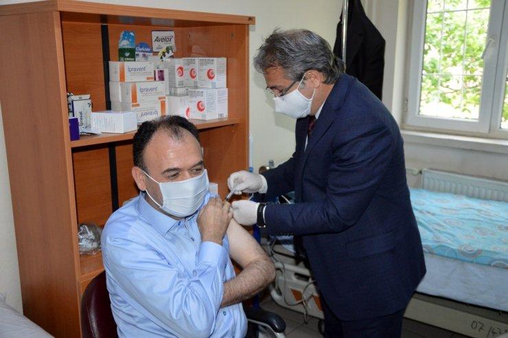 Milli Eğitim Müdürü Çandıroğlu'na aşı İl Sağlık Müdürü Benli'den