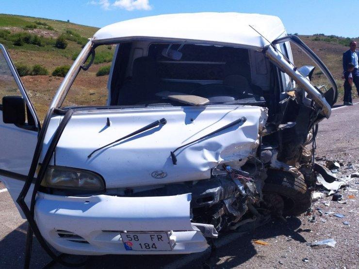 Sivas'ta iki araç kafa kafaya çarpıştı: 9 yaralı