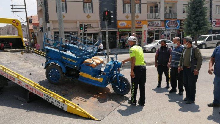 Otomobil ile üç tekerlekli motosikletin kaza anı kamerada