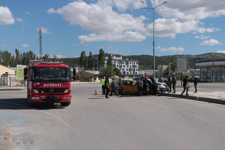 Ticari taksi ile otomobil çarpıştı: 1 yaralı
